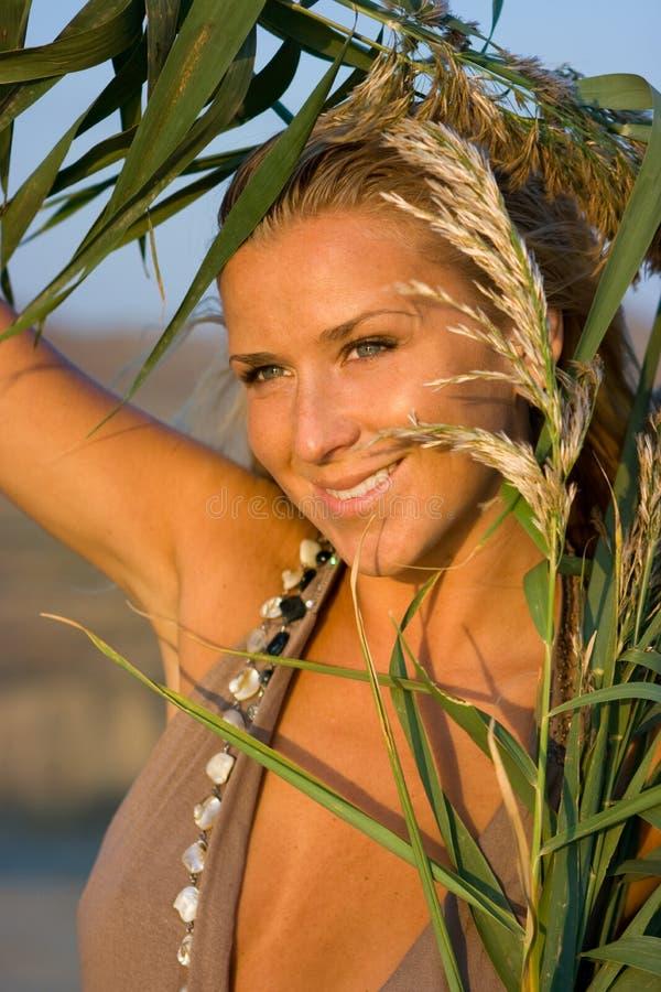śródpolna blondynki dziewczyna fotografia royalty free