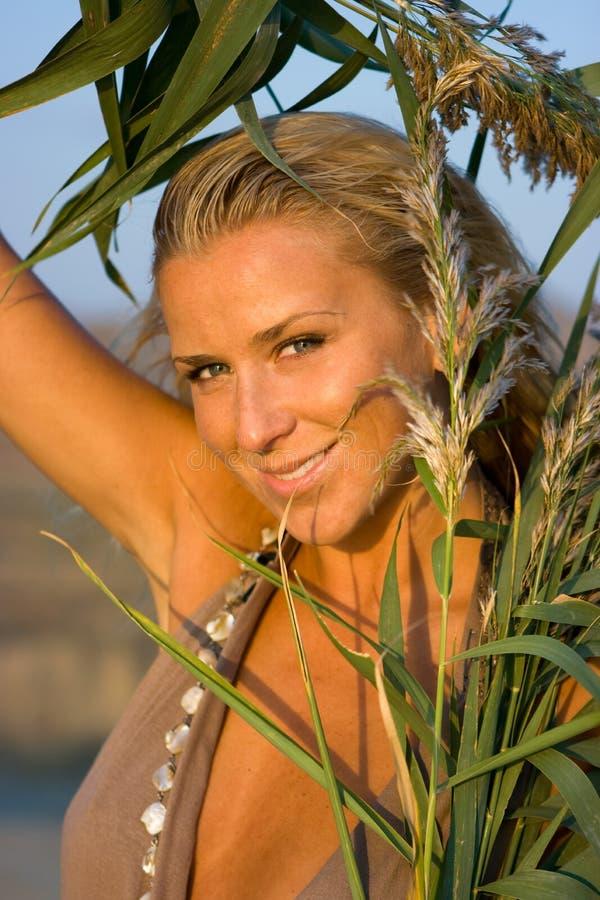 śródpolna blondynki dziewczyna obrazy royalty free