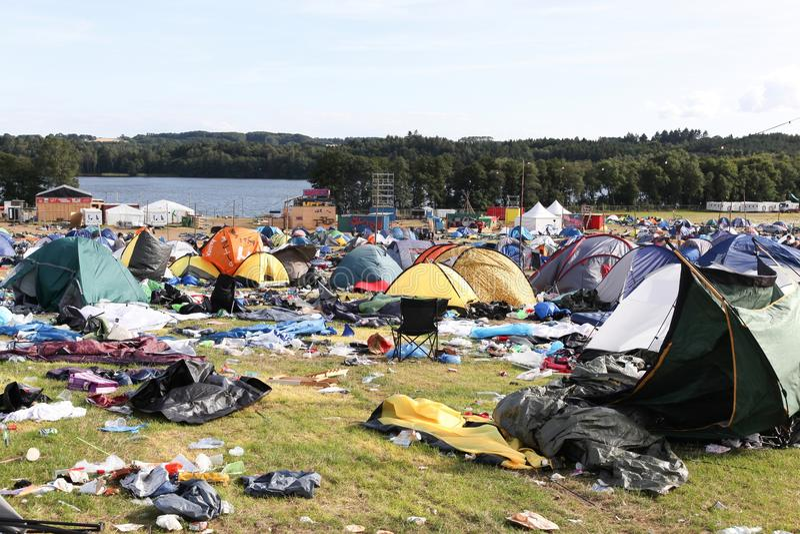 Śródpolna i namiotowa wioska po tym jak rockowy festiwalu ` Smukfest ` w Skanderborg, Dani zdjęcia stock