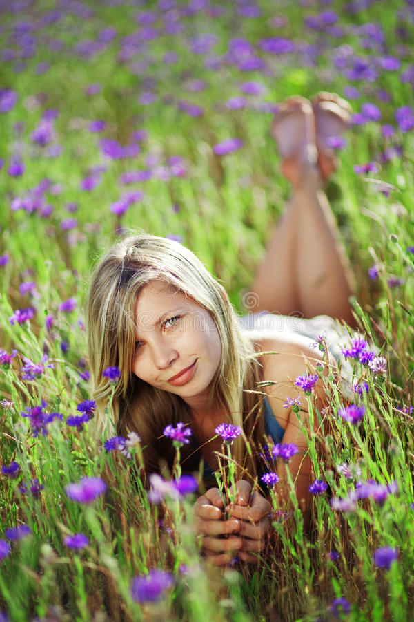 śródpolna kwiecista dziewczyna zdjęcie royalty free