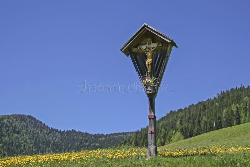 Śródpolny krzyż w Południowym Tyrol obrazy royalty free