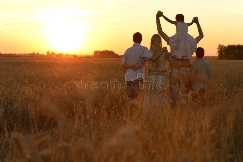 śródpolny rodziny odprowadzenie zdjęcie royalty free