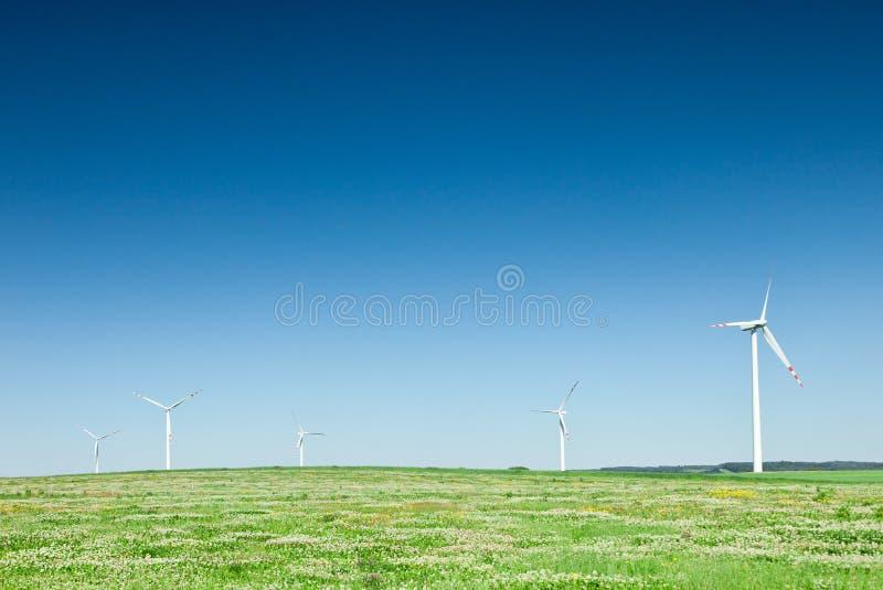 śródpolny zieleni grupy turbina wiatr obraz stock