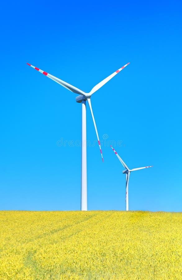 śródpolnych turbina wiatrowy kolor żółty zdjęcia stock