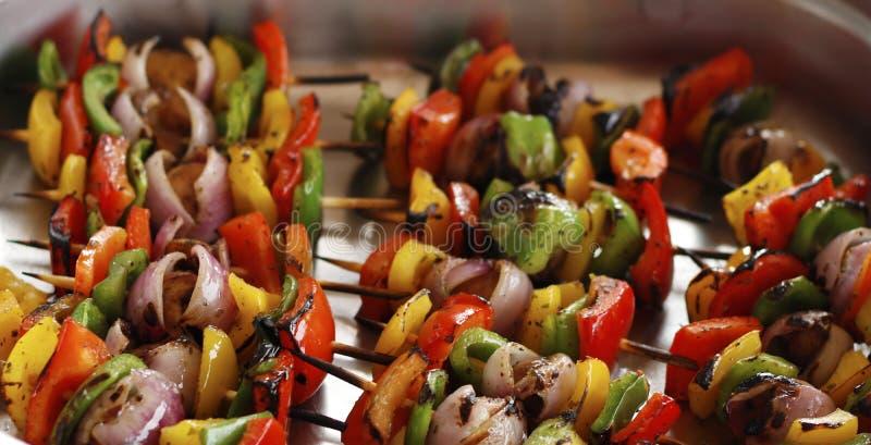 śródziemnomorscy piec na grillu jarzynowi skewers w porcji naczyniu obrazy stock