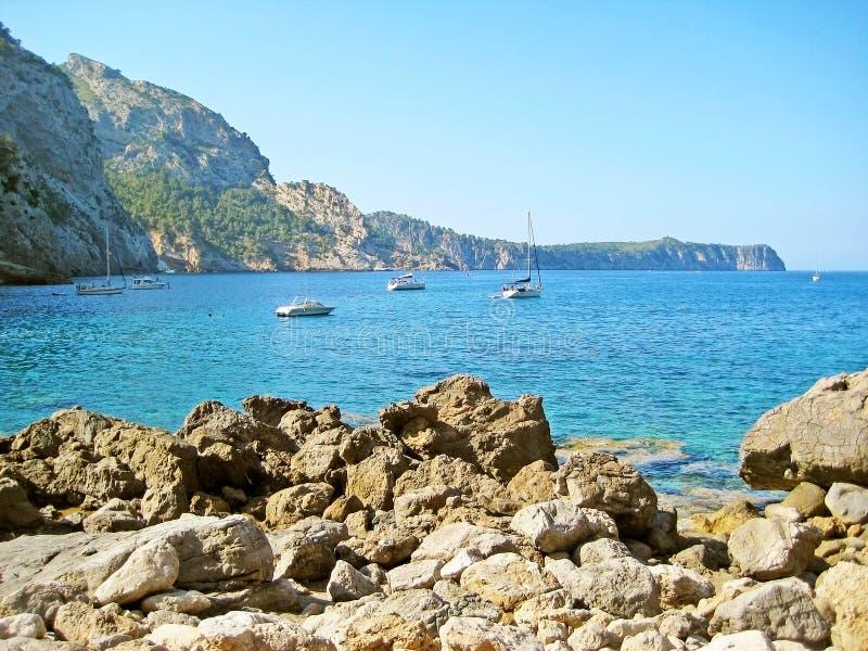 Śródziemnomorska zatoka z łodziami, statkami/, północ Majorca zdjęcia royalty free