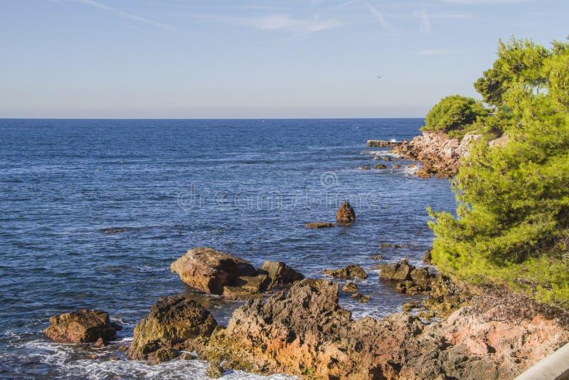 Śródziemnomorski brzeg zdjęcia stock