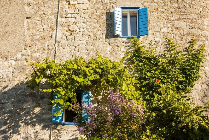 Śródziemnomorski dom, ściana kamienia dom obrazy royalty free