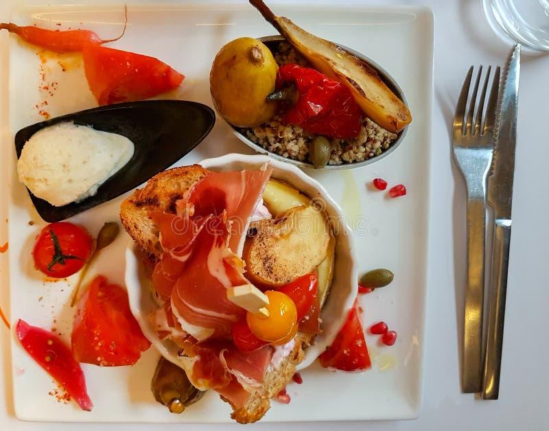 Śródziemnomorski jedzenie matrycujący jeść i przygotowywający obraz stock