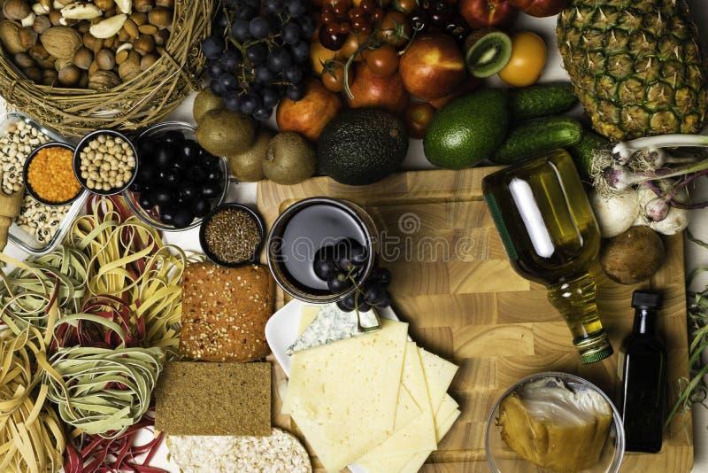 Śródziemnomorski karmowy tło Asortyment świeża ryba, owoc i warzywo, szkło czerwone wino Odgórny widok fotografia royalty free