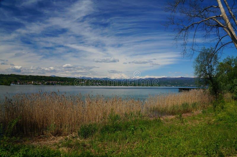 Śródziemnomorski krajobraz z białymi górami góruje nad jeziorem zdjęcie royalty free