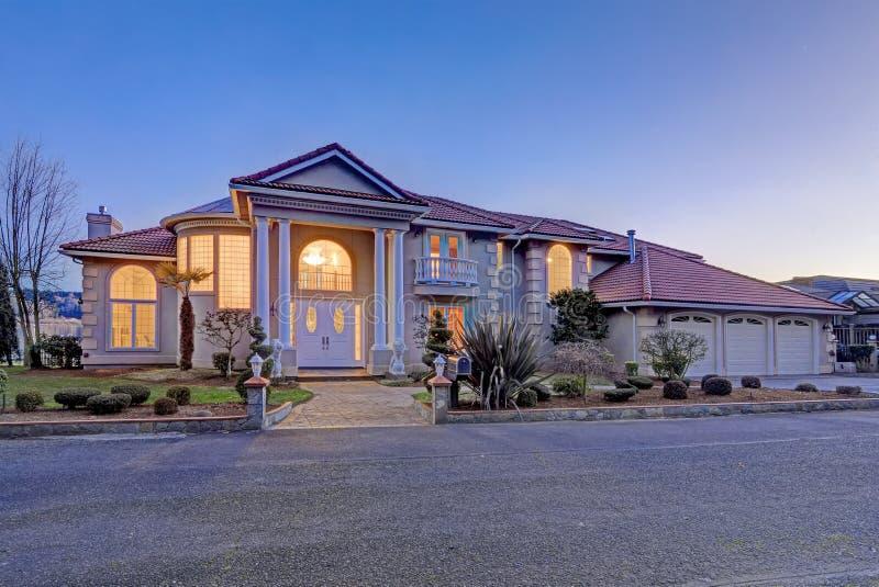 Śródziemnomorski stylowy nabrzeże dom z stiuk ścianami i columned ganeczkiem fotografia royalty free