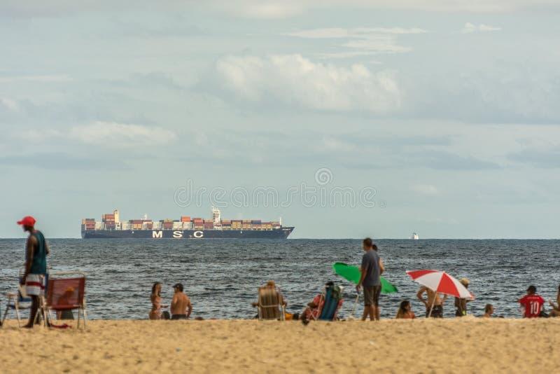 Śródziemnomorski towarzystwo żeglugowe statek MSC blisko plaży w Copacabana, Rio De Janeiro, Brazylia zdjęcie stock