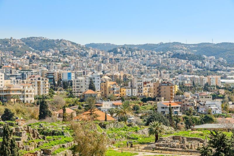 Śródziemnomorskiego miasta historyczna centrum panorama z ruinami i budynkami mieszkalnymi w tle, Biblos, Liban obrazy royalty free
