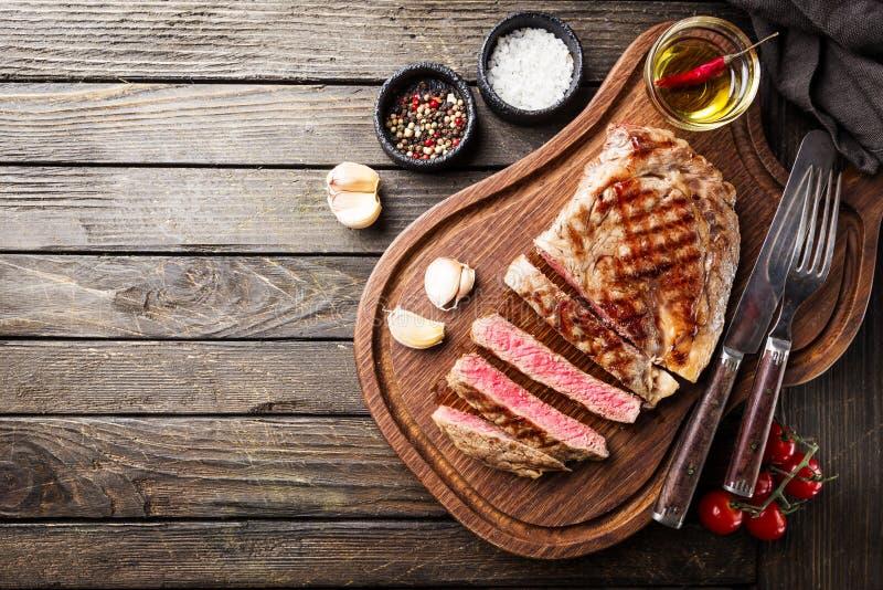 Średni rzadki piec na grillu stek zdjęcie royalty free