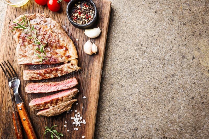 Średni rzadki piec na grillu stek zdjęcie stock