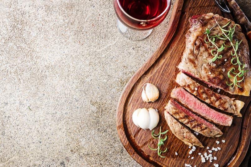 Średni rzadki piec na grillu stek obrazy stock