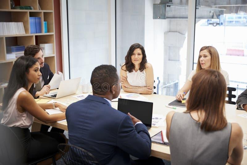 Średnia grupa ludzi przy sala posiedzeń spotkaniem obraz stock