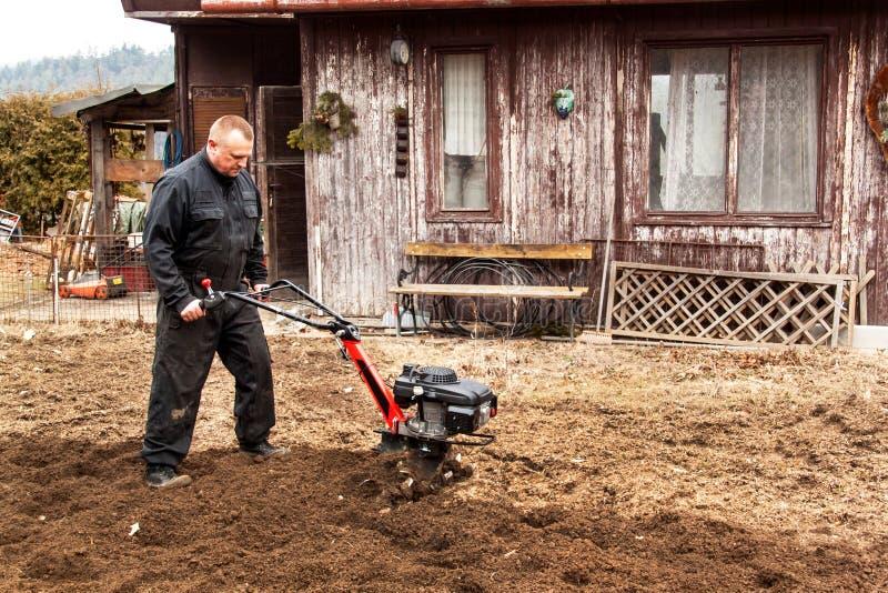 Średniorolny działanie w polu Wiosny praca na gospodarstwie rolnym Mężczyzna orze ogród zdjęcia stock