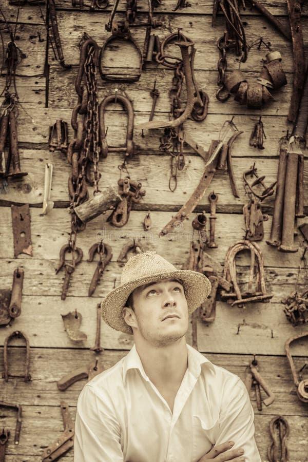 Średniorolny portret przed ścianą Pełno narzędzia zdjęcie royalty free