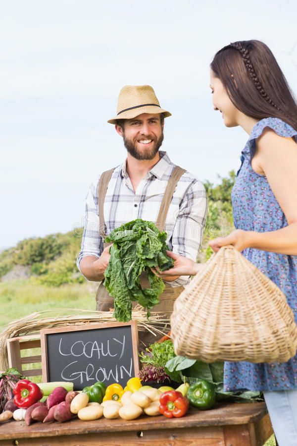Średniorolny sprzedawanie jego organicznie produkt spożywczy zdjęcia stock
