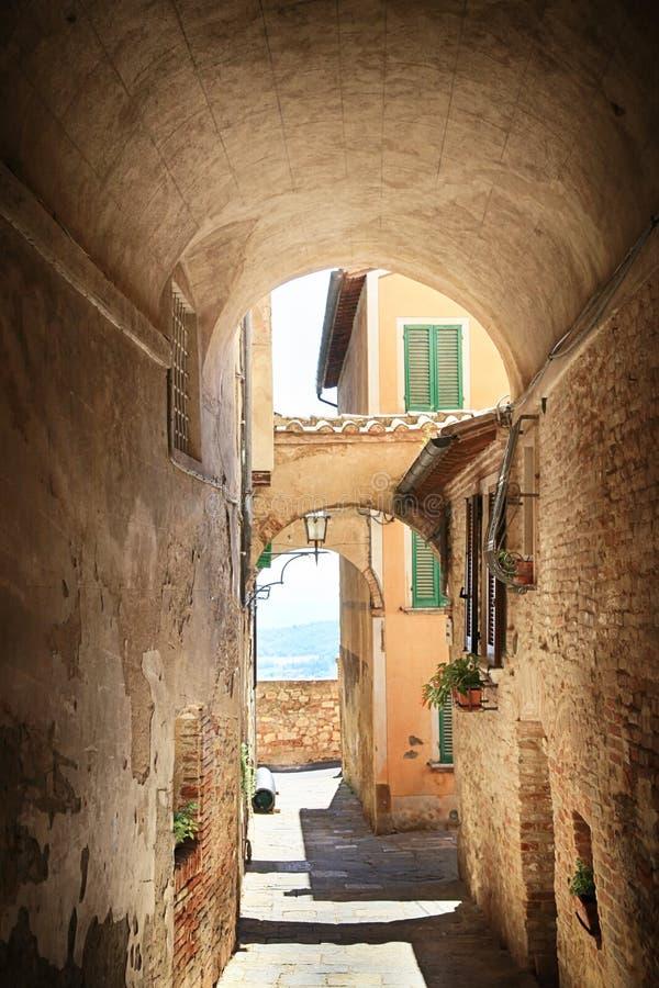 Średniowieczna łukowata ulica w starym miasteczku Montepulchano, Włochy obraz royalty free