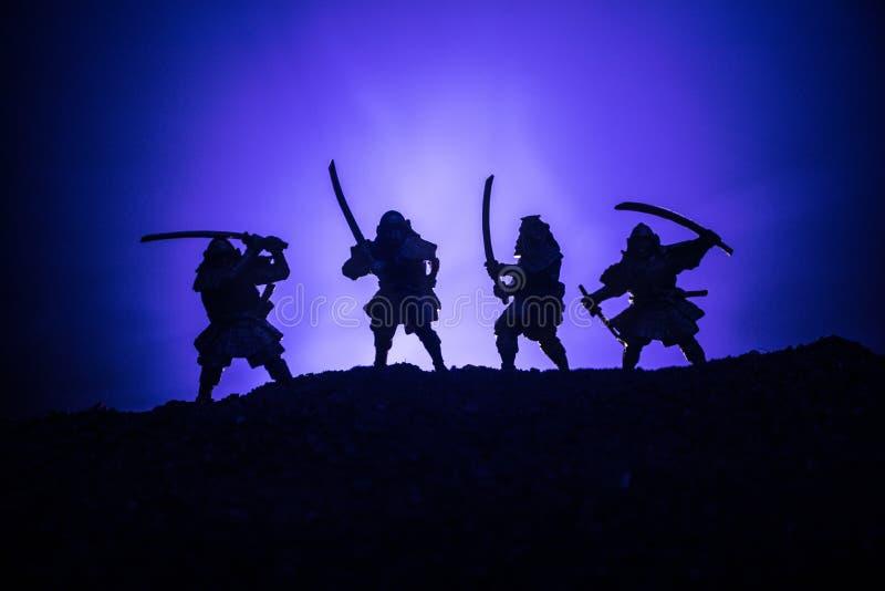 Średniowieczna batalistyczna scena z kawalerią i piechotą Sylwetki postacie jak oddzielnych przedmioty, walka między wojownikami  obrazy royalty free