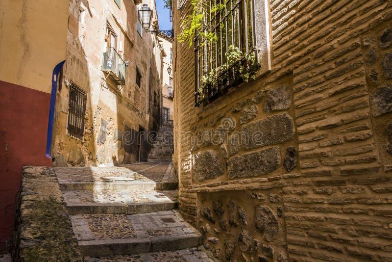 Średniowieczna brukująca i odmierzona ulica w mieście Toledo Hiszpania obraz royalty free