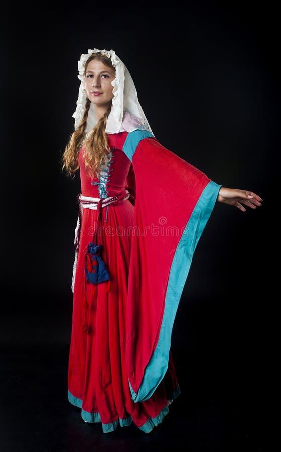 Średniowieczna dziewczyna w czerwieni sukni fotografia royalty free