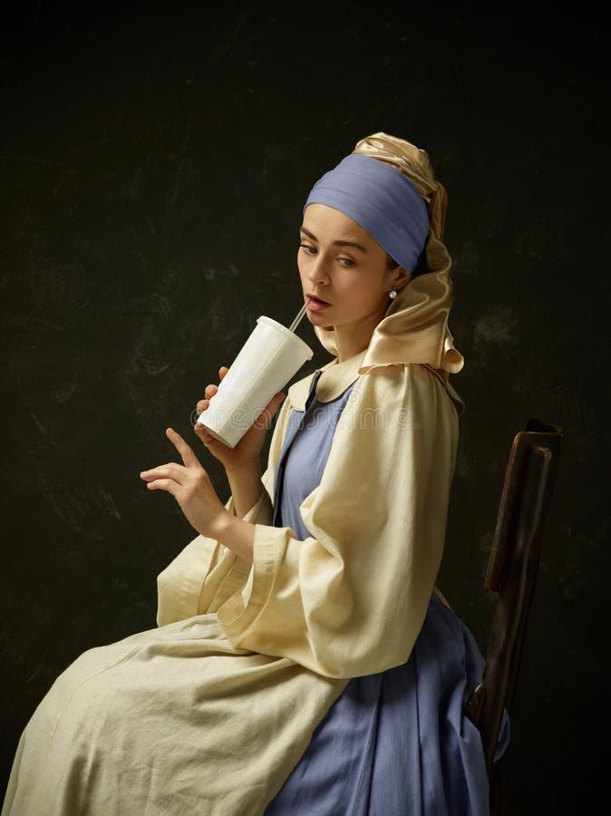 Średniowieczna kobieta w Dziejowej Kostiumowej Jest ubranym gorsecik sukni, czapeczce i zdjęcie stock
