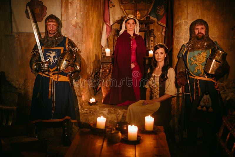 Średniowieczna królowa z jej rycerzami na strażniku obrazy royalty free