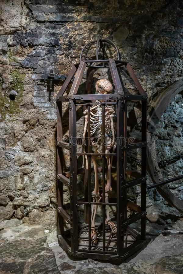 Średniowieczna metal klatka z koścem obrazy stock