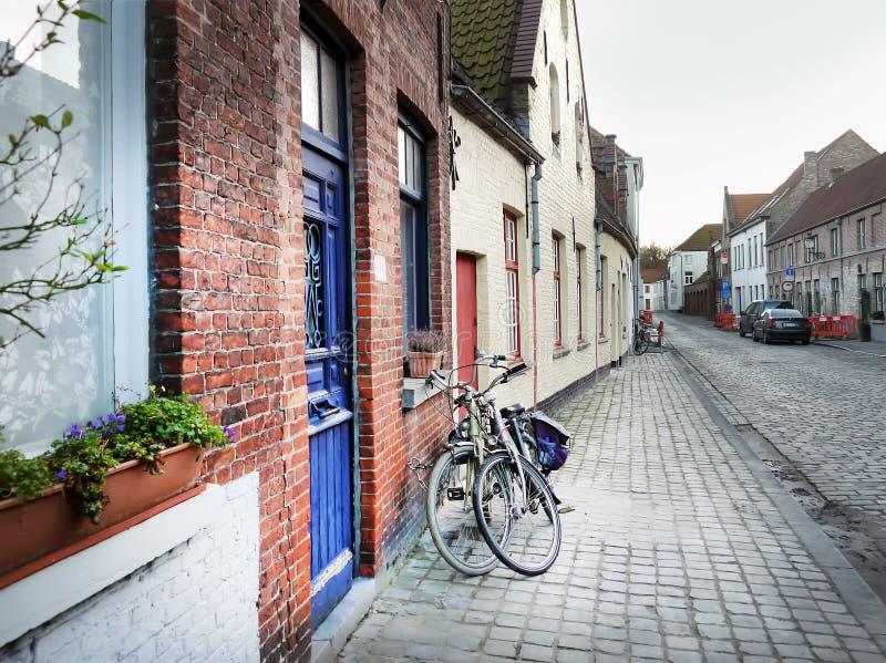 Średniowieczna pusta boczna ulica Bruges, Belgia, z roweru parke obrazy royalty free