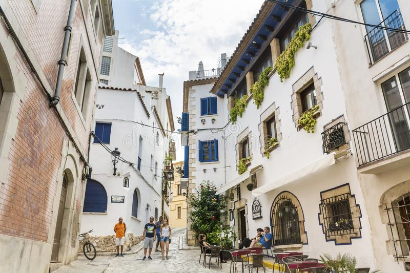 Średniowieczna ulica w Sitges starym miasteczku, Hiszpania zdjęcia royalty free