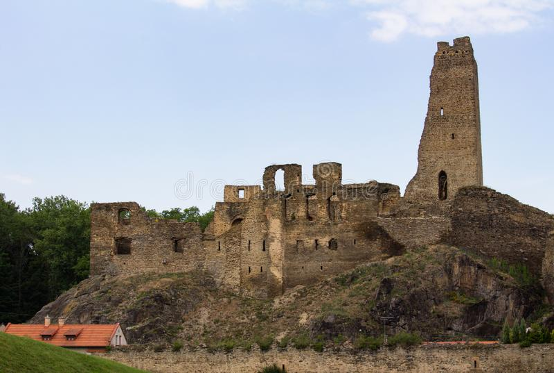 Średniowieczne ruiny grodowy Okor blisko Praga, republika czech zdjęcia stock