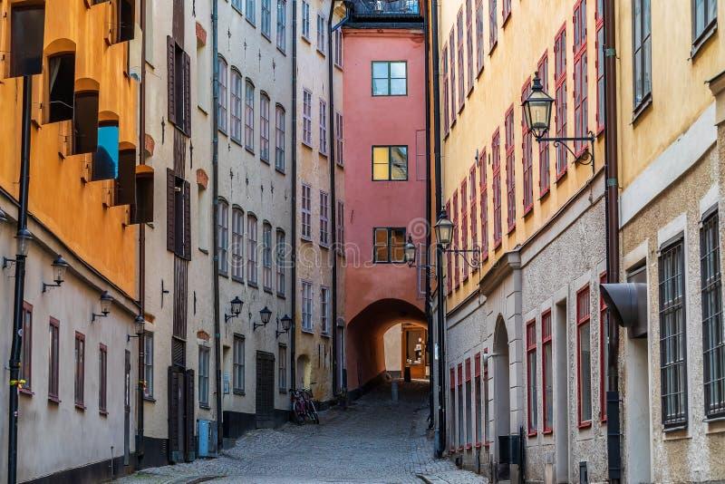 Średniowieczni alleyways i brukować ulicy stary miasteczko, Gamla Stan zdjęcia stock