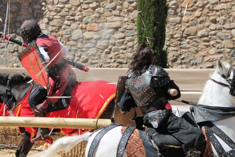 Średniowieczni walczący rycerze walczy z dzidami fotografia stock