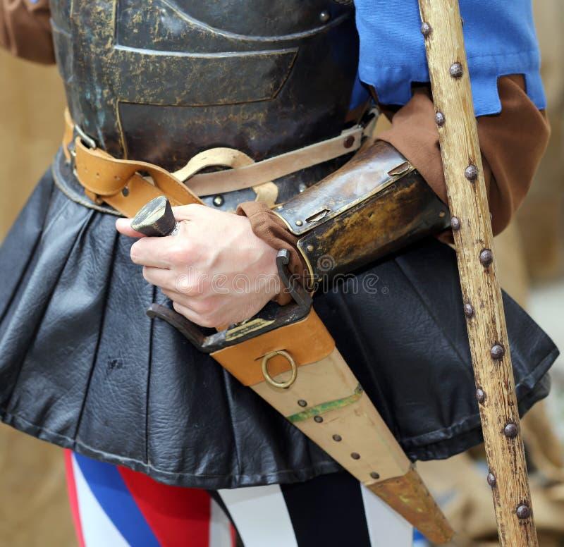 Średniowieczny żołnierz z jego ręką na sheath nożu podczas grępli obrazy royalty free