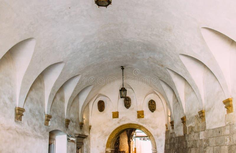 Średniowieczny archway z lampionami w Wawel kasztelu w Krakow zdjęcie royalty free