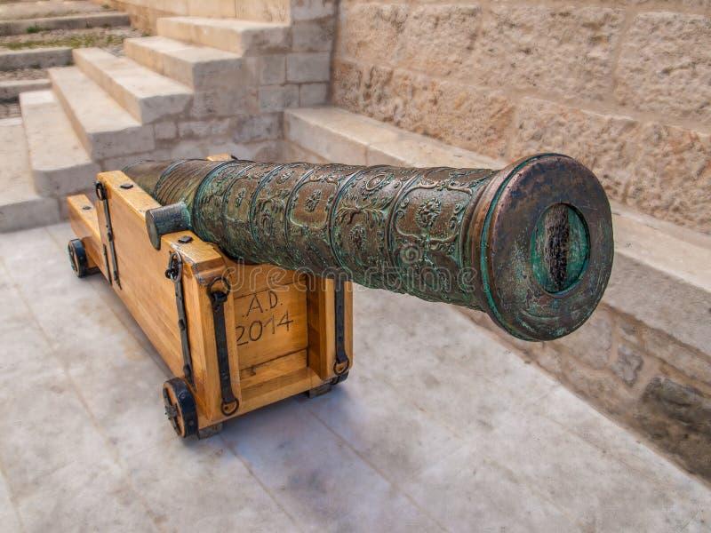 Średniowieczny artyleryjski działo z drewnianym stojakiem obrazy stock