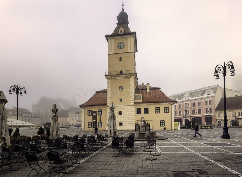 Średniowieczny Brasov podczas jesieni mgły zdjęcia stock