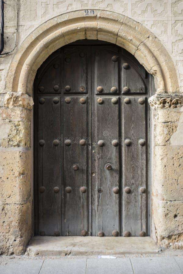 Średniowieczny drzwiowy Hiszpański miasto Segovia Stary drewniany wejście anci zdjęcia stock