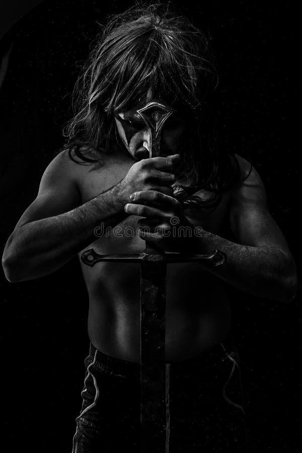 Średniowieczny, Dziki wojownik z ogromnym metalu kordzikiem, obraz stock