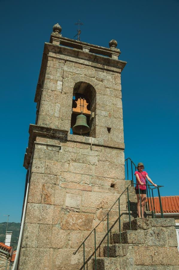 ?redniowieczny dzwonkowy wierza i schody z ma?? dziewczynk? zdjęcie royalty free