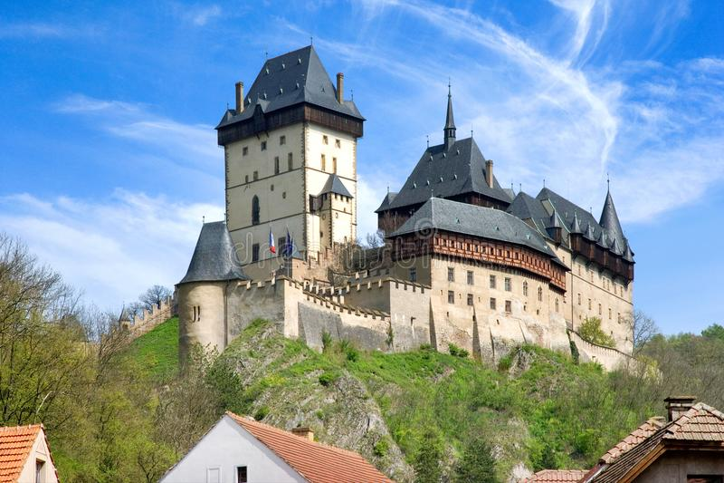 Średniowieczny gothic królewski kasztel z ramparts Karlstejn blisko Pragu obraz royalty free