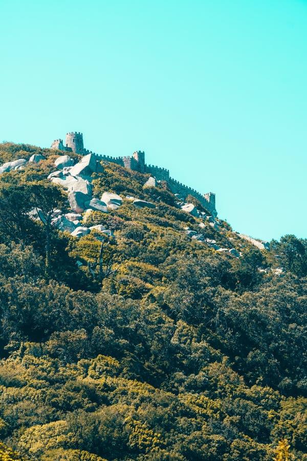 Średniowieczny kasztel Cumuje Castelo dos Mouros w Sintra, Portugalia zdjęcia royalty free