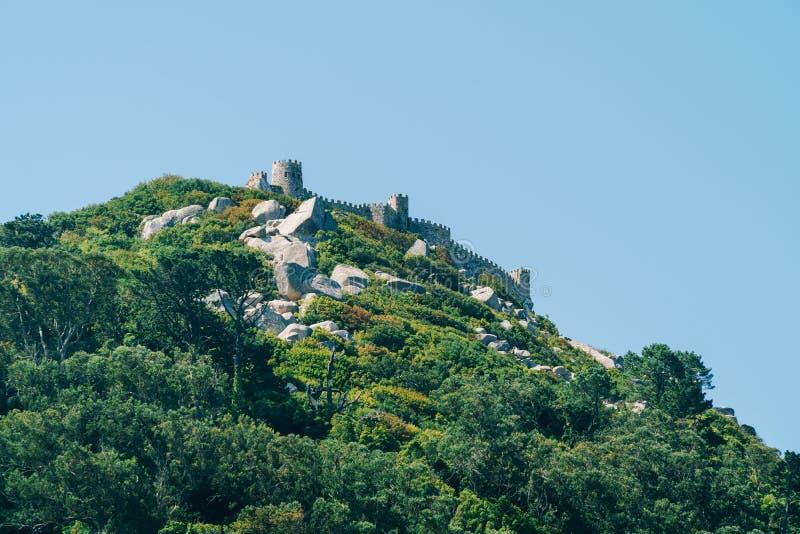 Średniowieczny kasztel Cumuje Castelo dos Mouros w Sintra, Portugalia obrazy stock