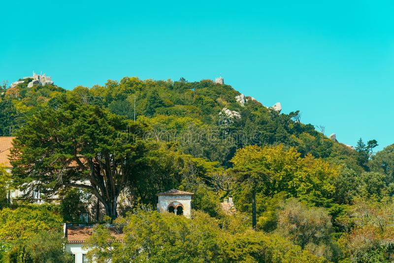 Średniowieczny kasztel Cumuje Castelo dos Mouros w Sintra, Portugalia fotografia stock