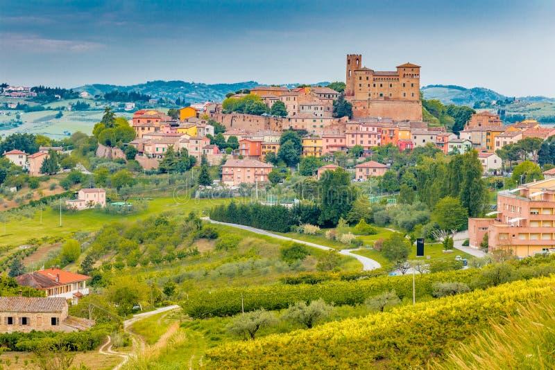 Średniowieczny kasztel w tocznych wzgórzach zdjęcie royalty free