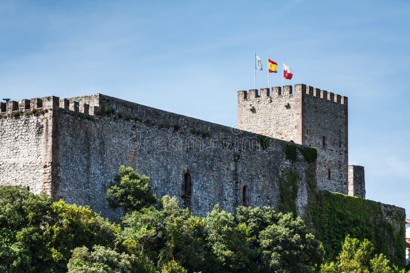 Średniowieczny kasztelu wierza i kościół San Vincente De Los angeles Barquera, fotografia royalty free